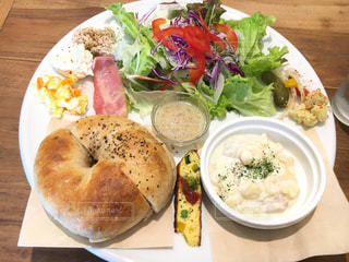 テーブルの上に食べ物のプレート - No.860653