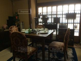 部屋の家具と大きな窓いっぱい - No.861694