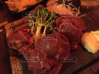 近くのテーブルの上に食べ物のプレートの写真・画像素材[861827]