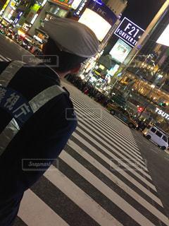 バス停で座っている人の写真・画像素材[862017]
