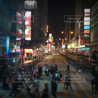 近くに忙しい街の通りのの写真・画像素材[860735]