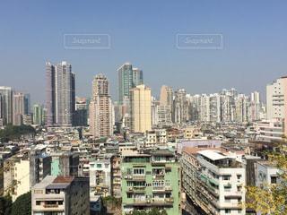 背景の高層ビル街の景色の写真・画像素材[860745]