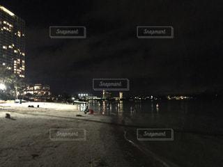 近くに夜の空街のアップの写真・画像素材[861255]