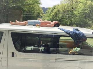 車の上で寝てる人の写真・画像素材[861334]