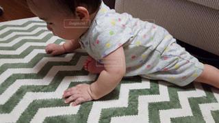 ベッドの上に座っている赤ちゃん - No.863403