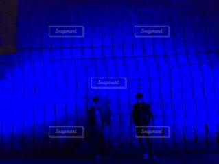 暗い部屋で男の写真・画像素材[861913]