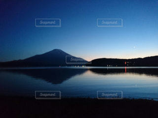 水の体に沈む夕日の写真・画像素材[861602]