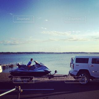 ボートは水の体の横に駐車の写真・画像素材[860098]