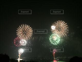空に花火のグループの写真・画像素材[860677]