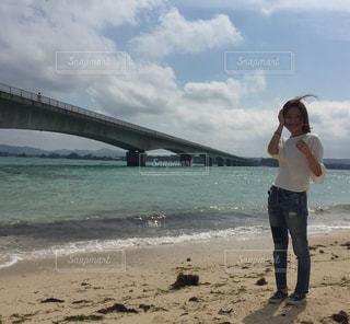ビーチに立っている女性の写真・画像素材[860680]