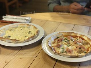 木製のテーブルでピザのプレート - No.860174