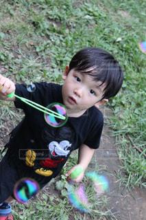 草の中に立っている小さな男の子の写真・画像素材[863341]