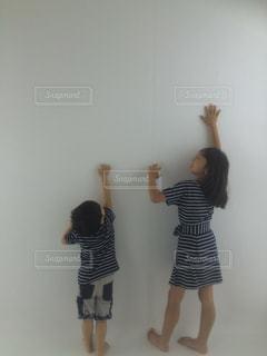 カメラにポーズ鏡の前に立っている女性の写真・画像素材[863344]