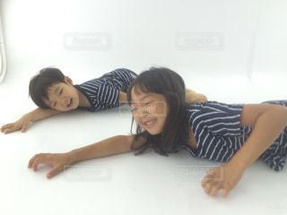 ベッドの上で横になっている女性の写真・画像素材[863345]