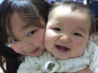 女の子の赤ん坊を保持の写真・画像素材[863349]