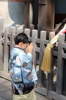 お祈りをしている男の子の写真・画像素材[863667]