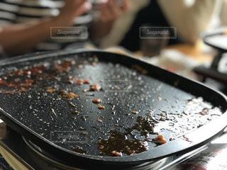 近くにケーキでまな板の上のパンのアップ - No.867693