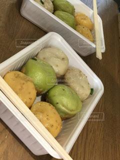 トレイの上に食べ物の種類でいっぱいのボックスの写真・画像素材[867777]