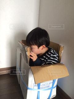 テーブルの上に座って若い男の子の写真・画像素材[867792]