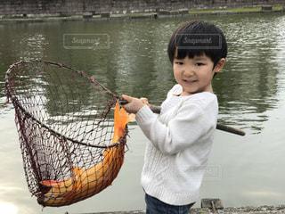 水の体の小さい子供を抱えて手 - No.867794
