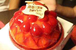 近くにケーキのアップの写真・画像素材[872942]