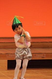 傘を保持している小さな女の子 - No.872946