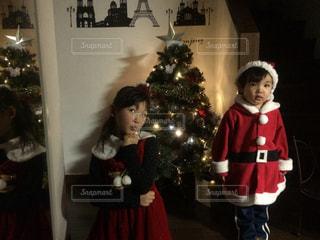 クリスマス ツリーの横に立っている女の子の写真・画像素材[872947]