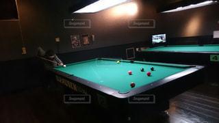 部屋でボールを持つテーブルの写真・画像素材[872955]