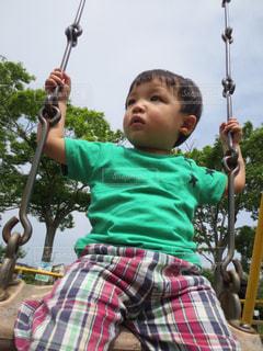 青い傘を保持している小さな男の子 - No.872959