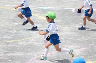 サッカー ボールを保持している若い女の子 - No.873006