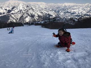 雪の覆われた山の中の少年の写真・画像素材[874373]