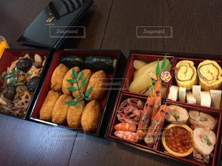 テーブルの上に食べ物の種類でいっぱいのボックス - No.874375