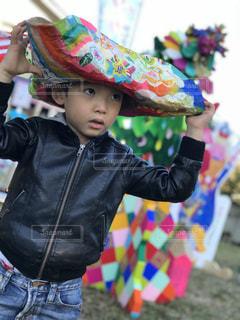 帽子をかぶった小さな男の子の写真・画像素材[877043]