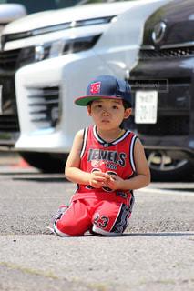車の上に座っている小さな男の子の写真・画像素材[2822709]