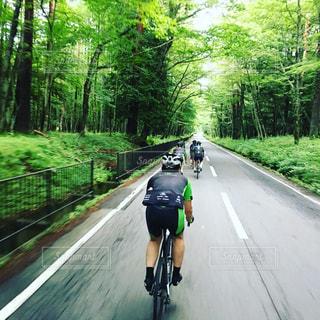 道の端に自転車に乗る男の写真・画像素材[862643]