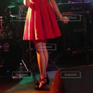 赤いドレスを着た女性の写真・画像素材[866697]