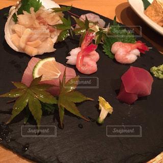 テーブルの上に食べ物のプレートの写真・画像素材[867609]