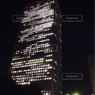 背の高い建物が夜ライトアップ - No.867617