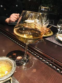 テーブルの上に鍋の上に座ってワインのガラスの写真・画像素材[1773122]