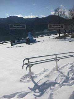 雪に覆われた山をスキーに乗っている人のグループの写真・画像素材[1019560]