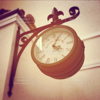壁に掛かっている時計の写真・画像素材[860971]
