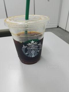 テーブルの上のコーヒー カップの写真・画像素材[861904]
