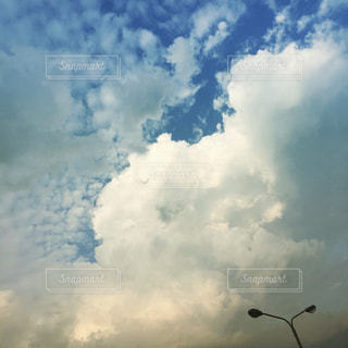 曇りの日の空に雲のグループの写真・画像素材[860341]