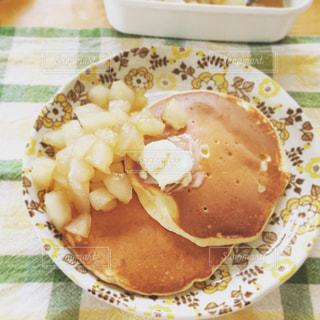 テーブルの上に食べ物のプレートの写真・画像素材[860357]