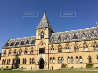 大規模な石造りの教会の前の芝生と建物の写真・画像素材[866363]