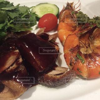 肉と野菜をトッピング白プレートの写真・画像素材[865907]