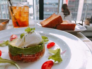 テーブルの上に食べ物のプレートの写真・画像素材[860555]