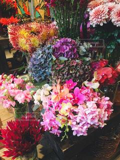 紫色の花一杯の花瓶の写真・画像素材[862313]