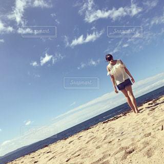 砂浜に立っている人の写真・画像素材[861977]