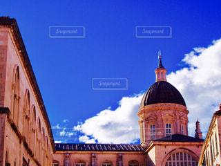 教会建物の側に時計との写真・画像素材[872437]